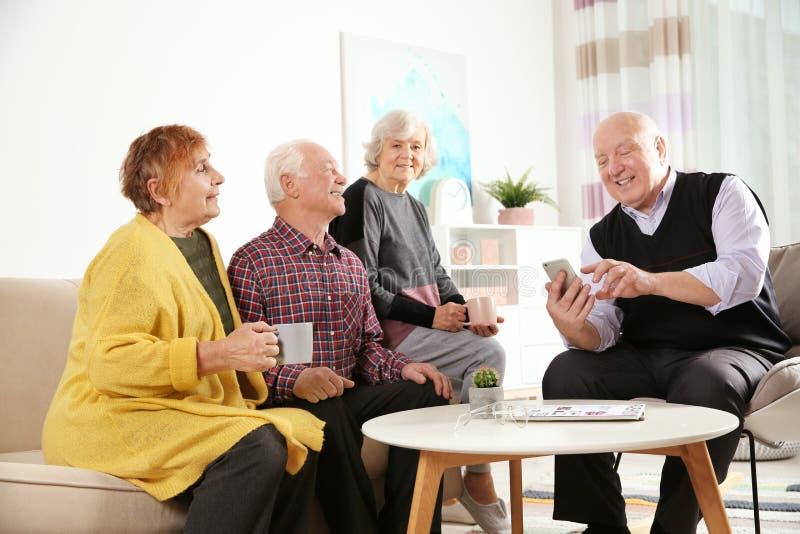 Ηλικιωμένοι άνθρωποι που ξοδεύουν το χρόνο από κοινού στοκ εικόνες