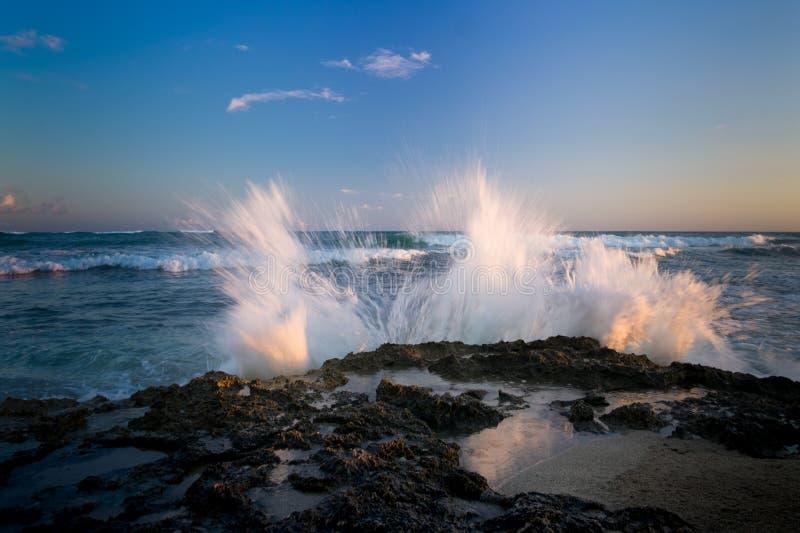 Ηλιοβασίλεμα και κύματα στο σημείο του κουρέα στοκ εικόνες