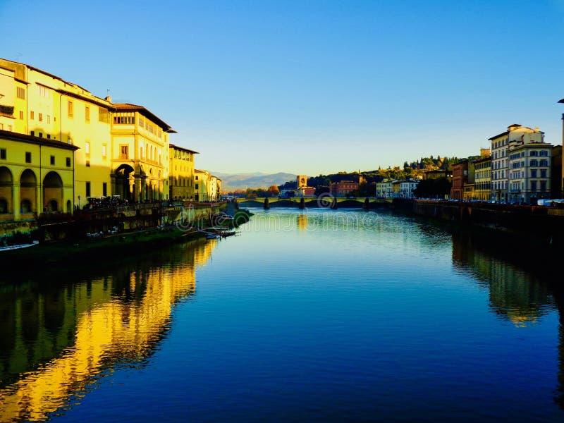 Ηλιοβασίλεμα κατά μήκος του ποταμού Arno στοκ εικόνα με δικαίωμα ελεύθερης χρήσης