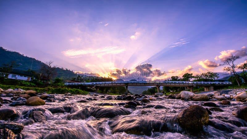 Ηλιοβασίλεμα με τον ουρανό και τον ποταμό σε Kiriwong, Si Nakhon tham σε Kiriwong στοκ εικόνες