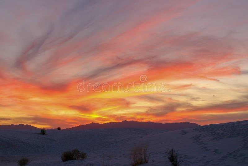 Ηλιοβασίλεμα στην άσπρη έρημο άμμων στοκ εικόνες