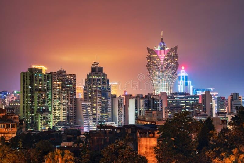 Ηλιοβασίλεμα στον ορίζοντα λυκόφατος πόλεων του Μακάο, Κίνα στοκ εικόνες