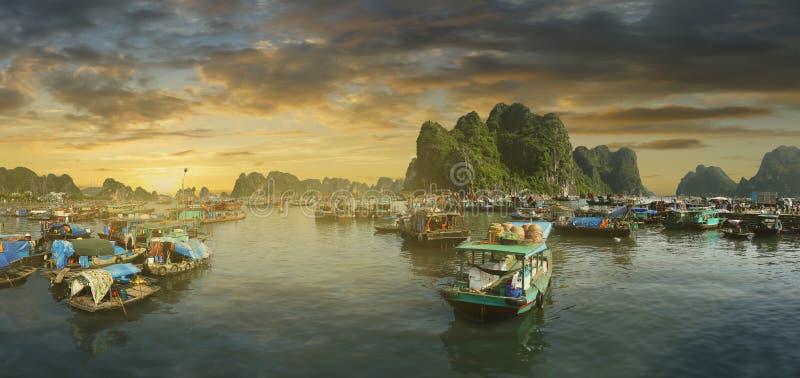 Ηλιοβασίλεμα στο μακρύ κόλπο εκταρίου, Βιετνάμ στοκ φωτογραφία με δικαίωμα ελεύθερης χρήσης