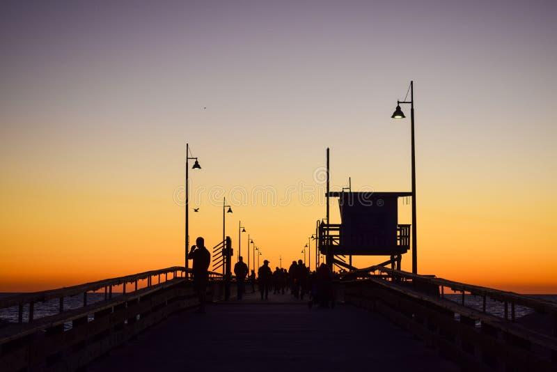 Ηλιοβασίλεμα πέρα από την αποβάθρα παραλιών της Βενετίας στο Λος Άντζελες, Καλιφόρνια στοκ εικόνες