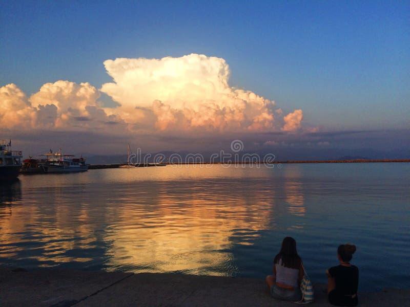 Ηλιοβασίλεμα πέρα από το λιμάνι στην Ελλάδα στοκ φωτογραφία με δικαίωμα ελεύθερης χρήσης