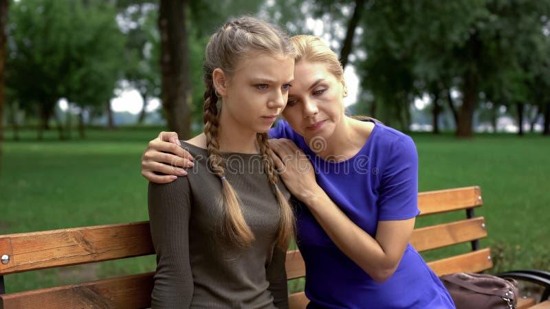 Ηρεμώντας κόρη Mum, απογοήτευση μετά από την επίσκεψη γιατρών, προβλήματα υγείας στοκ εικόνα