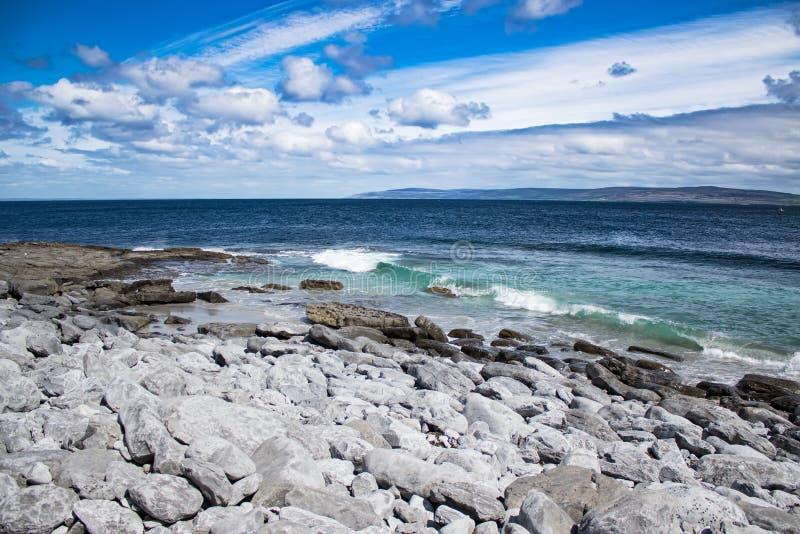 Η άποψη από την ακτή της Ιρλανδίας στον Ατλαντικό Ωκεανό στοκ εικόνα