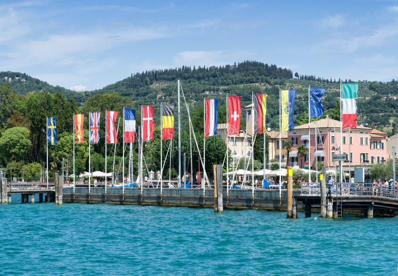 Η άποψη του λιμανιού που συλλαμβάνεται από το Garda Lake Lago Di Garda στοκ εικόνες