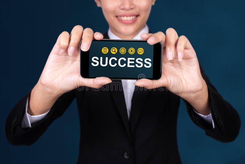 Η έννοια επιτυχίας, ευτυχής επιχειρηματίας παρουσιάζει επιτυχία κειμένων στο έξυπνο τηλέφωνο στοκ φωτογραφίες με δικαίωμα ελεύθερης χρήσης