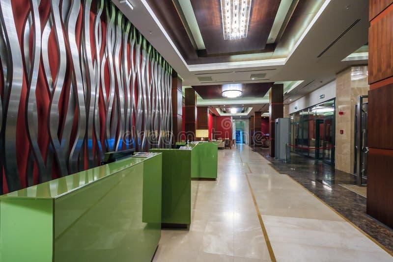 Η αίθουσα υποδοχής του μεγάλου ξενοδοχείου Gorki στο θέρετρο του Γκόρκυ Gorod έχει το κομψό εσωτερικό με τα σύγχρονα έπιπλα και τ στοκ φωτογραφίες