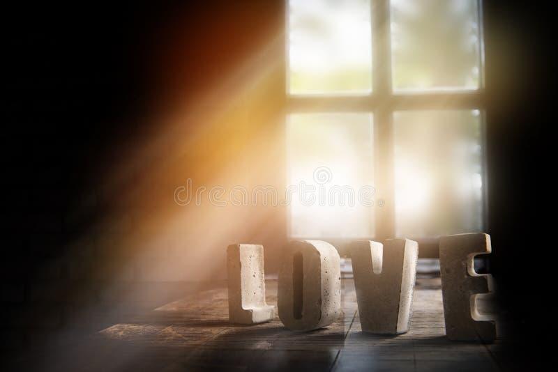 Η αγάπη λέξης που αποτελέσθηκε με τις ξύλινες επιστολές, αγάπη λέξης έκανε το υπόβαθρο αδειών στοκ εικόνες