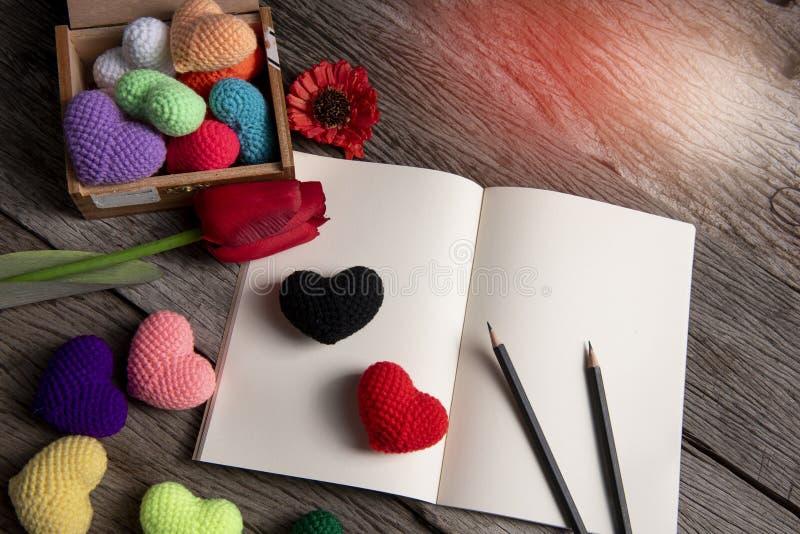 Η αγάπη λέξης που αποτελέσθηκε με τις ξύλινες επιστολές, αγάπη λέξης έκανε το υπόβαθρο αδειών στοκ φωτογραφία με δικαίωμα ελεύθερης χρήσης