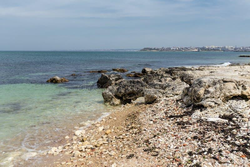 η ακτή λικνίζει τη θάλασσα στοκ εικόνα