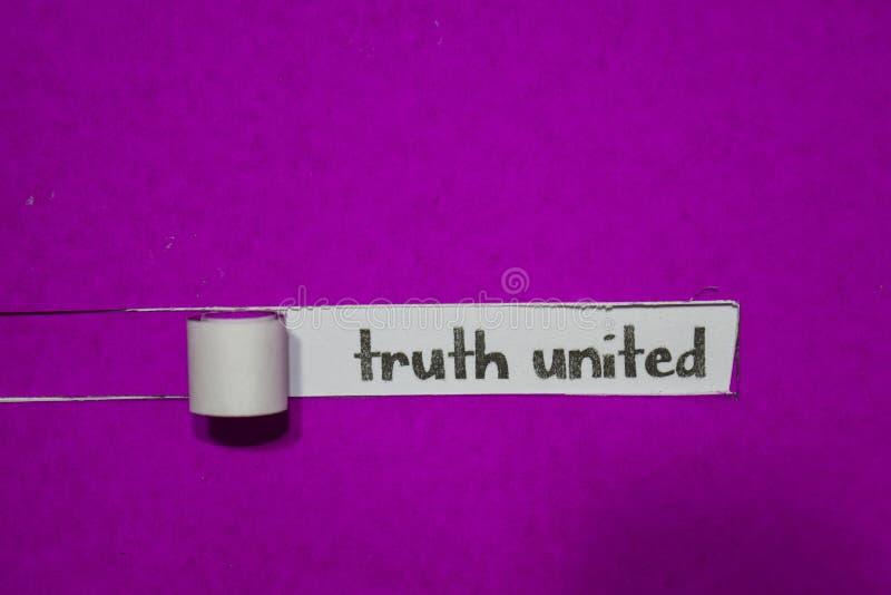 Η αλήθεια ένωσαν, η έννοια έμπνευσης, κινήτρου και επιχειρήσεων σε πορφυρό σχισμένο χαρτί στοκ εικόνα