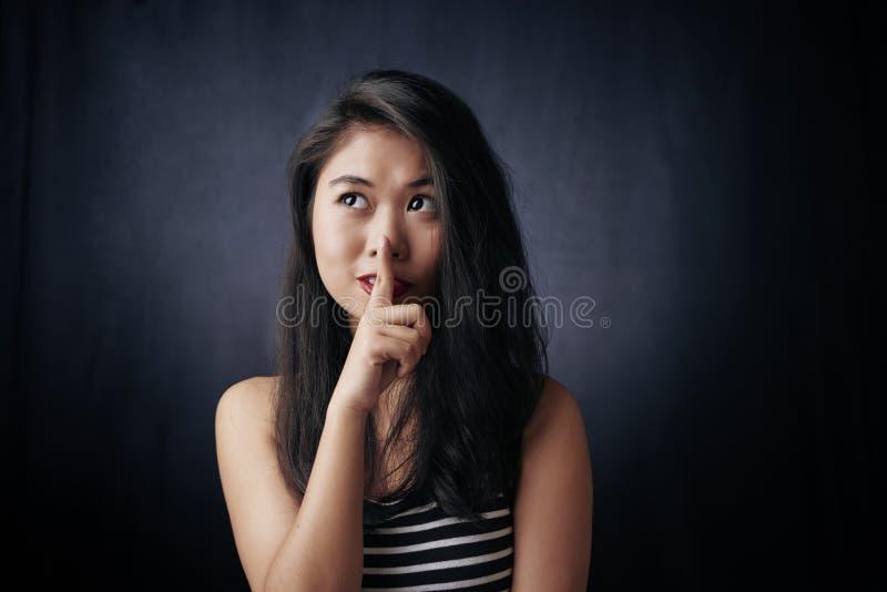 η ανασκόπηση που καλύπτει το στόμα συντηρήσεών της shhhh βλασταίνει τις νεολαίες λευκών γυναικών στούντιο σιωπής στοκ εικόνα με δικαίωμα ελεύθερης χρήσης