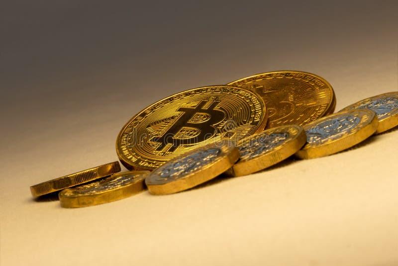 Η ανοδική έννοια εμπορικών συναλλαγών cryptocurrency bitcoins στοκ φωτογραφίες