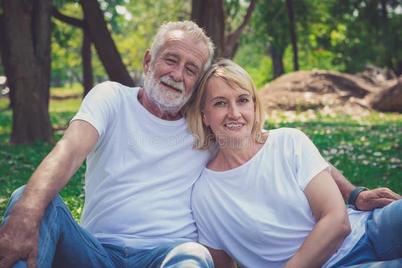 Η ανώτερη αποχώρηση, παλαιότερο ζεύγος απολαμβάνει τις διακοπές στο πάρκο στοκ εικόνα
