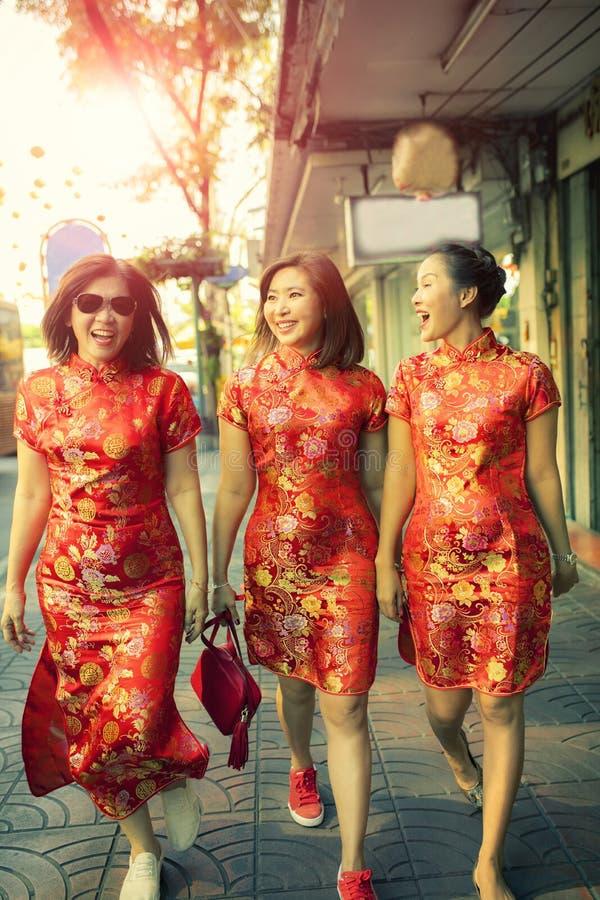 Η ασιατική γυναίκα τρία που φορά την κινεζική παράδοση ντύνει την ευτυχία με την αυτοπεποίθηση περπατώντας στην πόλη Μπανγκόκ Ταϊ στοκ εικόνες