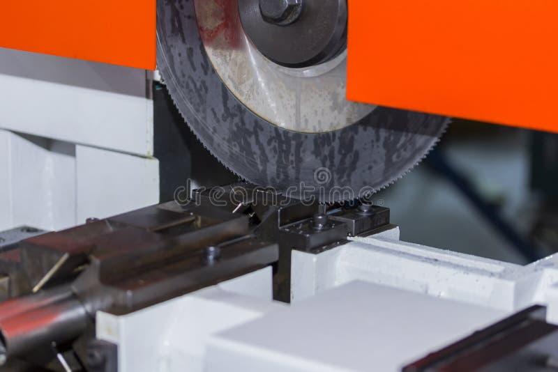 Η αυτόματη εγκύκλιος είδε τη υψηλή επίδοση και την ακρίβεια ή τη υψηλή ταχύτητα τέμνουσα μηχανή για τη βιομηχανική χρήση στοκ εικόνες