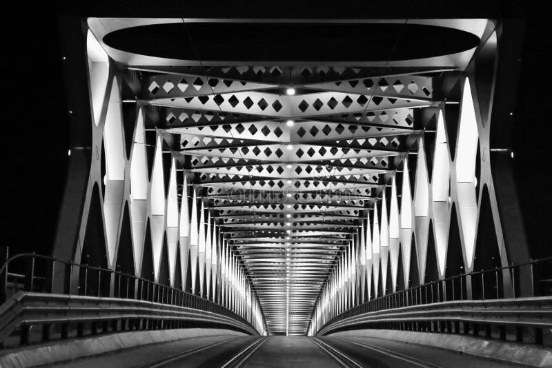 Η γέφυρα μετάλλων στη νύχτα στοκ εικόνα