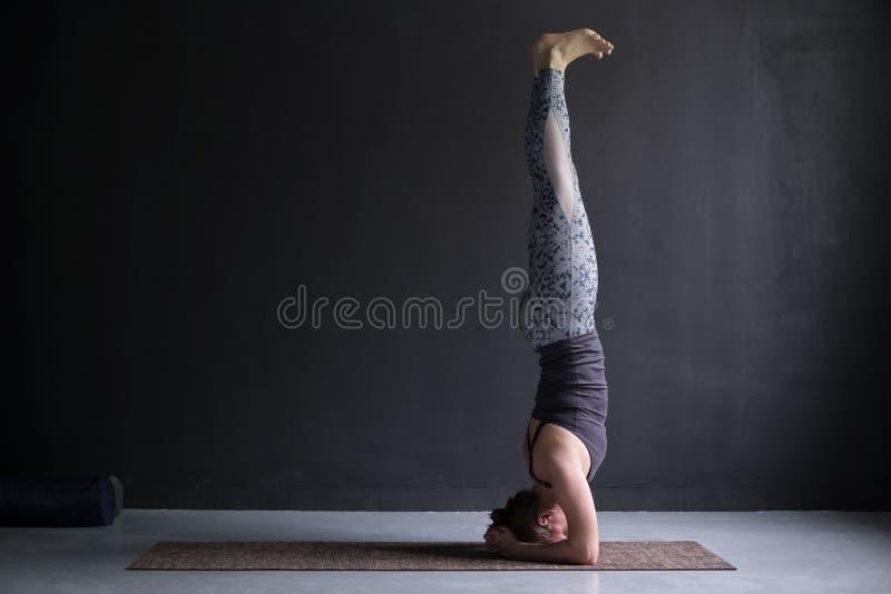 Η γιόγκα άσκησης γυναικών, που κάνει headstand την άσκηση, sirsasana salamba θέτει στοκ φωτογραφίες