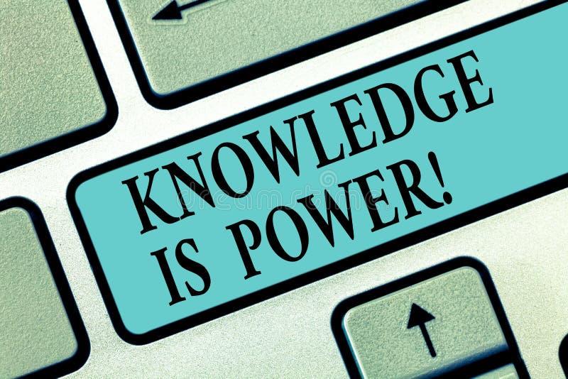 Η γνώση γραψίματος κειμένων γραφής είναι δύναμη Η έννοια που σημαίνει τη γνώση είναι ισχυρότερη από το φυσικό πληκτρολόγιο δύναμη απεικόνιση αποθεμάτων