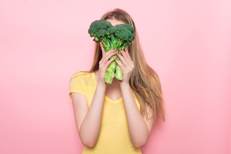 Η γυναίκα έχει το γλουτένη-ελεύθερο οργανικό πράσινο λαχανικό εκμετάλλευσης διασκέδασης Υγιής έννοια τροφίμων διατροφής στοκ φωτογραφία με δικαίωμα ελεύθερης χρήσης
