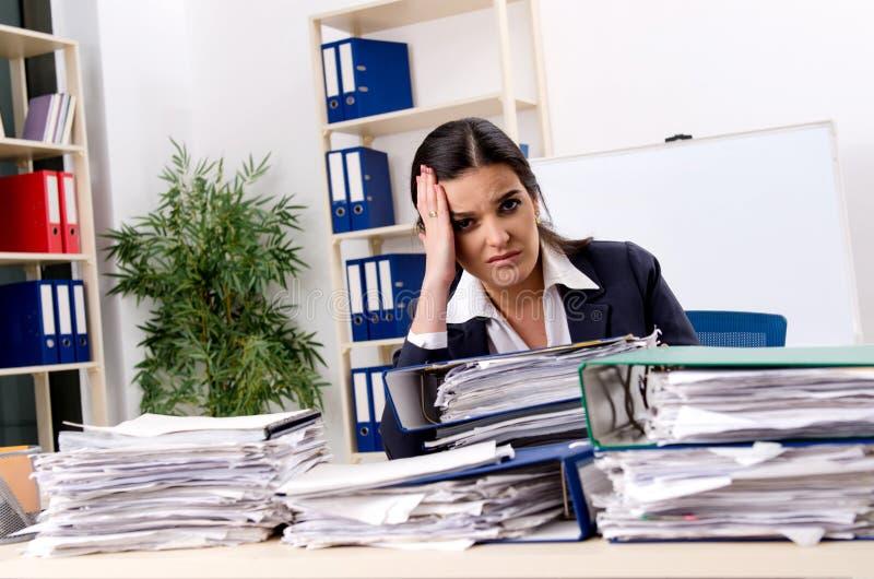 Η γυναίκα υπάλληλος δυστυχισμένος με την υπερβολική εργασία στοκ φωτογραφίες