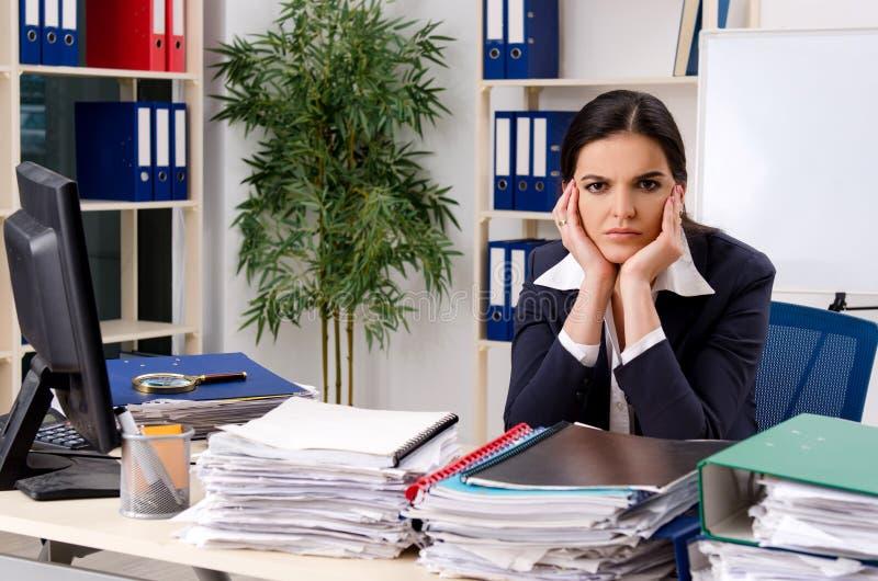 Η γυναίκα υπάλληλος δυστυχισμένος με την υπερβολική εργασία στοκ φωτογραφία