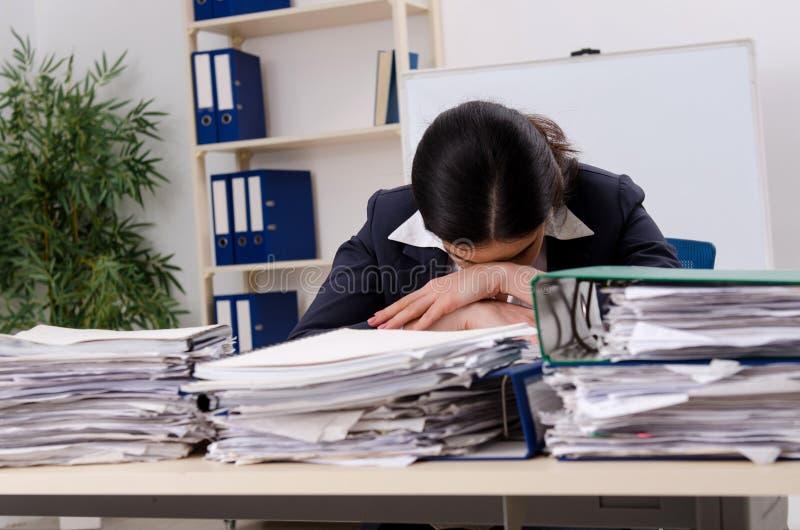 Η γυναίκα υπάλληλος δυστυχισμένος με την υπερβολική εργασία στοκ εικόνες με δικαίωμα ελεύθερης χρήσης