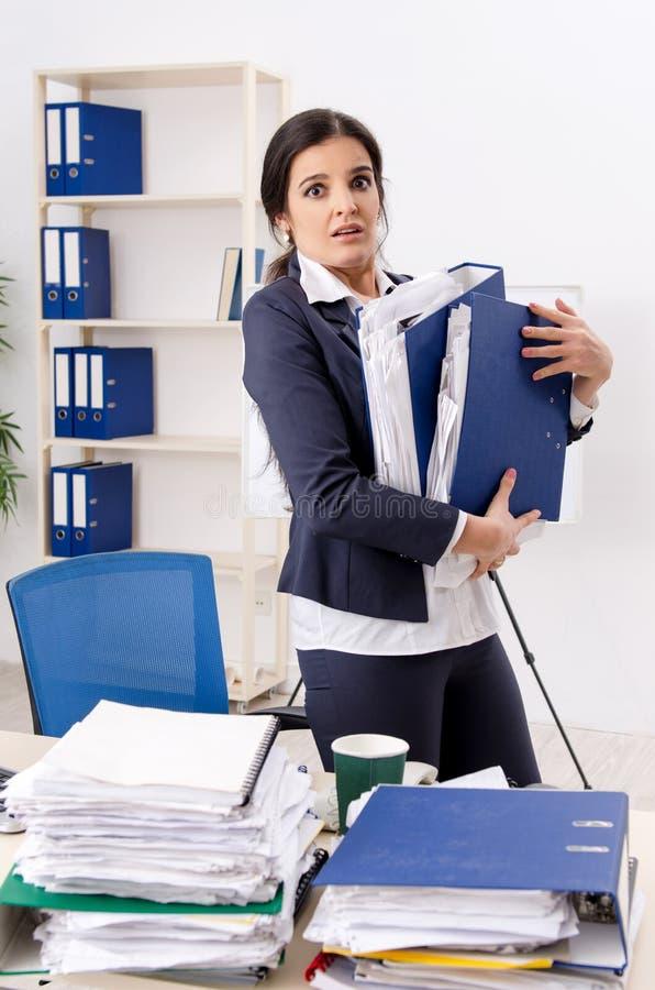 Η γυναίκα υπάλληλος δυστυχισμένος με την υπερβολική εργασία στοκ εικόνα με δικαίωμα ελεύθερης χρήσης