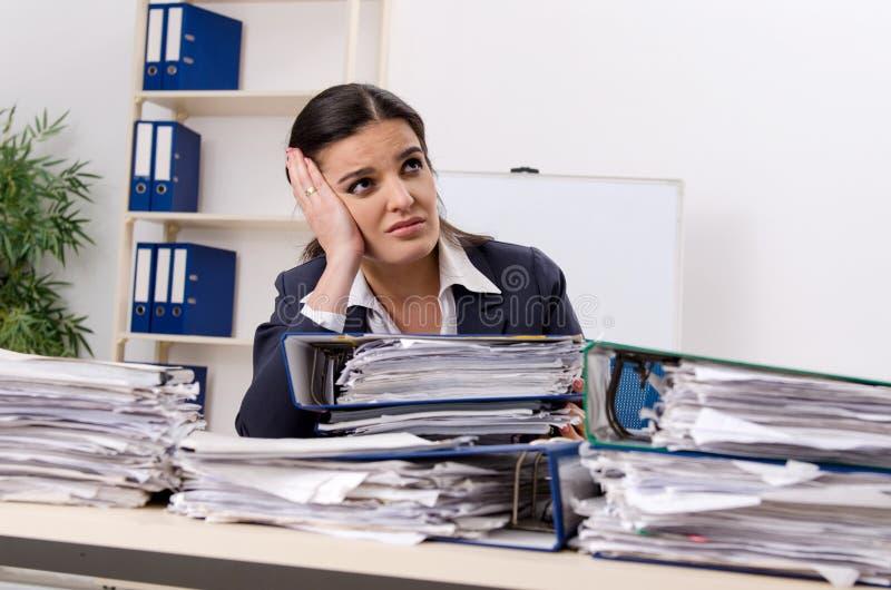 Η γυναίκα υπάλληλος δυστυχισμένος με την υπερβολική εργασία στοκ εικόνες