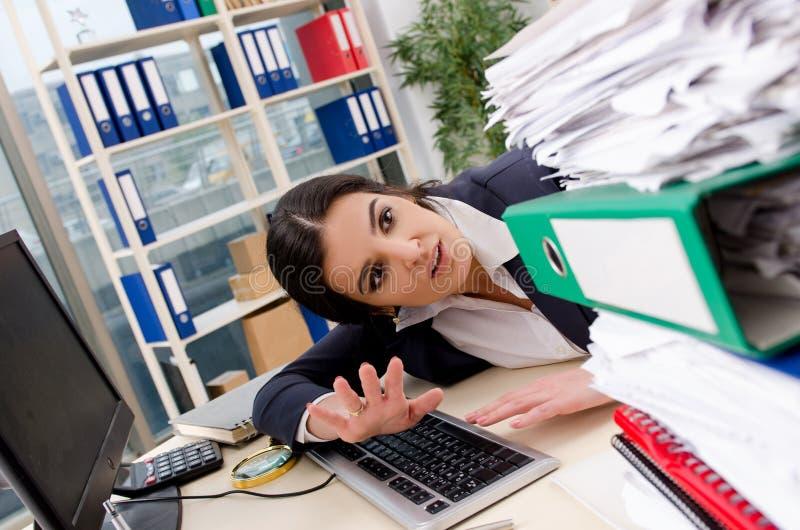 Η γυναίκα υπάλληλος δυστυχισμένος με την υπερβολική εργασία στοκ φωτογραφία με δικαίωμα ελεύθερης χρήσης