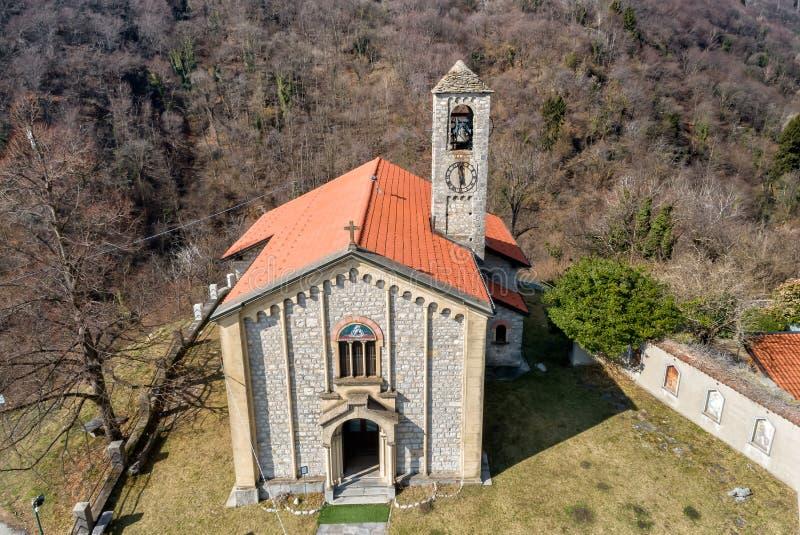 Η εναέρια άποψη Sant Ambrogio Church τοποθέτησε στο χρωματισμένο χωριό Arcumeggia, Βαρέζε, Ιταλία στοκ εικόνες με δικαίωμα ελεύθερης χρήσης