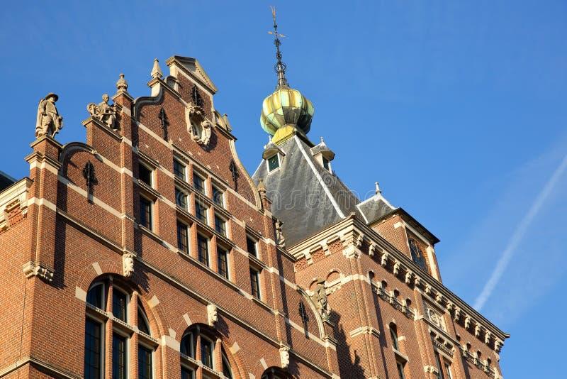 Η εξωτερική πρόσοψη Tropenmuseum, με τις λεπτομέρειες των γλυπτών και των γλυπτικών στοκ φωτογραφία