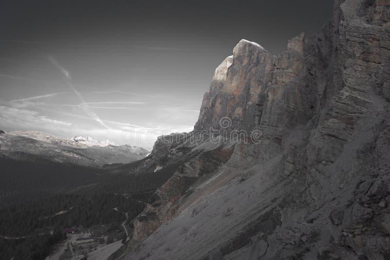 Η επίδραση απομόνωσης χρώματος της καλύβας βουνών Dibona και των ζωηρόχρωμων triassic βράχων πληρώνει Tofana Di Roze, στοκ φωτογραφίες με δικαίωμα ελεύθερης χρήσης