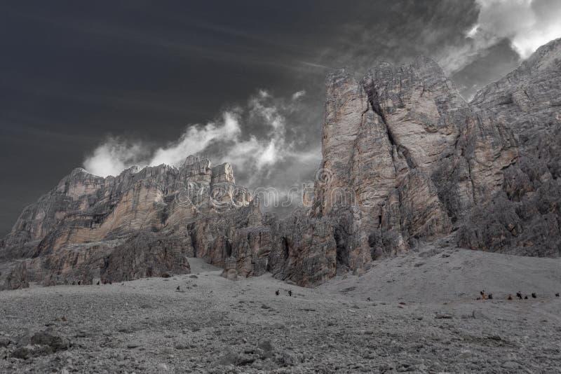 Η επίδραση απομόνωσης χρώματος των ορεσιβίων κατεβαίνει από το πέρασμα Fontananegra σε ένα θαυμάσιο δύσκολο σενάριο στοκ εικόνες με δικαίωμα ελεύθερης χρήσης