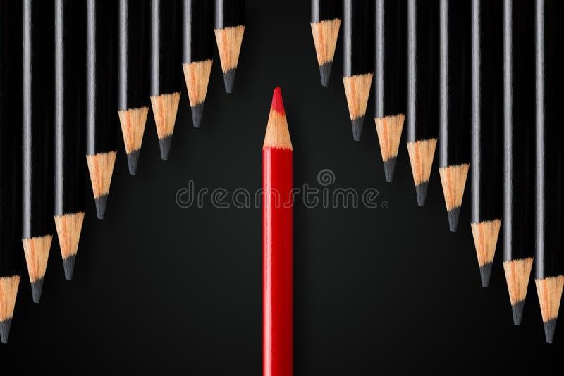 Η επιχειρησιακή έννοια της διάσπασης, ηγεσία ή σκέφτεται diiferent  κόκκινη σειρά διαίρεσης μολυβιών των μαύρων μολυβιών στην αντ στοκ φωτογραφίες με δικαίωμα ελεύθερης χρήσης