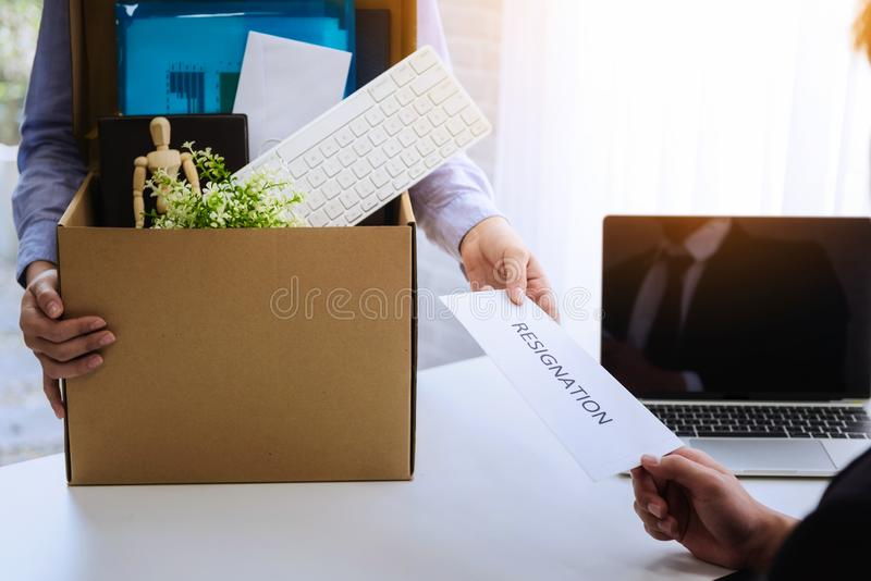 Η επιχειρησιακή γυναίκα που στέλνει το γράμμα παραίτησης στον προϊστάμενο για απομακρύνει τον εργοδότη συμβάσεων Η έννοια παραιτε στοκ φωτογραφία με δικαίωμα ελεύθερης χρήσης