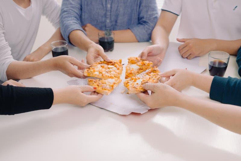 Η επιχειρησιακή ομάδα τρώει την πίτσα στην εργασία εργαζόμενη στοκ φωτογραφία με δικαίωμα ελεύθερης χρήσης