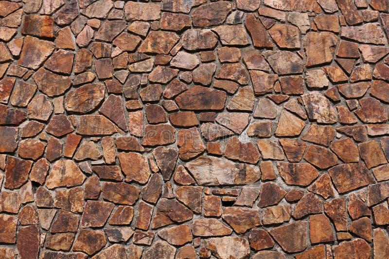 Η.Ε-κανονικά διαμορφωμένα κόκκινα καφετιά κεραμίδια πετρών στον τοίχο στοκ εικόνες με δικαίωμα ελεύθερης χρήσης