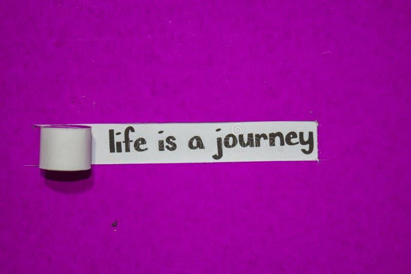 Η ζωή είναι μια έννοια ταξιδιών, έμπνευσης, κινήτρου και επιχειρήσεων σε πορφυρό σχισμένο χαρτί στοκ εικόνα
