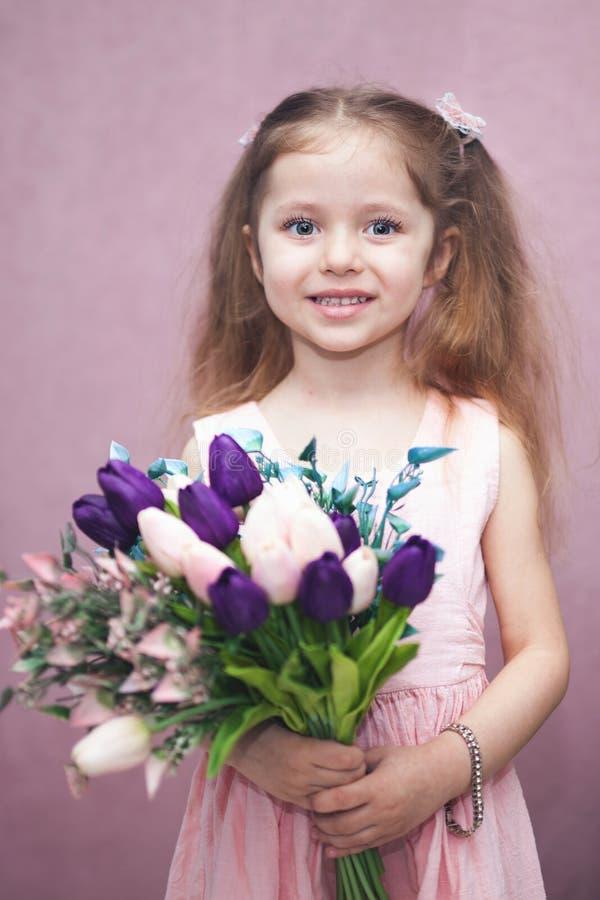 Η ημέρα των ευτυχών γυναικών για το mom μου, μικρό κορίτσι κρατά την τουλίπα λουλουδιών στοκ φωτογραφία