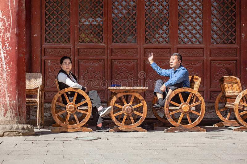 Η κινεζικοί σύζυγος και ο σύζυγος έχουν τη συνομιλία στοκ εικόνες