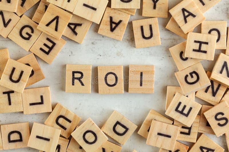 Η κορυφή κάτω από την άποψη, σωρός των τετραγωνικών ξύλινων φραγμών με τα γράμματα ROI αντιπροσωπεύει τη απόδοση της επένδυσης στ στοκ φωτογραφία με δικαίωμα ελεύθερης χρήσης