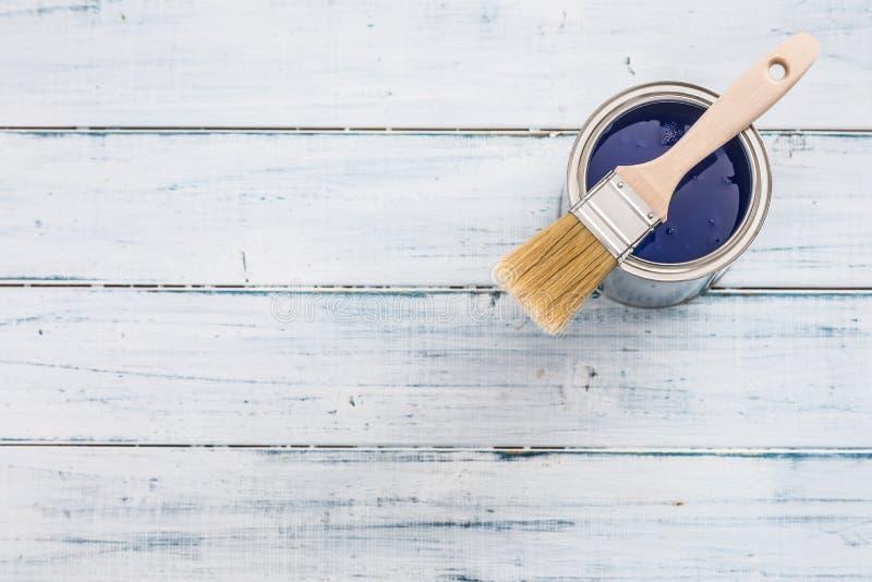 Η κορυφή του χρώματος άποψης μπορεί με μπλε να χρωματίσει και να βουρτσίσει στον πίνακα στοκ εικόνες με δικαίωμα ελεύθερης χρήσης
