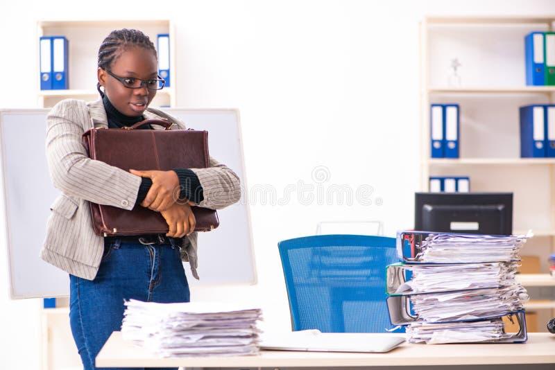 Η μαύρη γυναίκα υπάλληλος δυστυχισμένος με την υπερβολική εργασία στοκ εικόνες