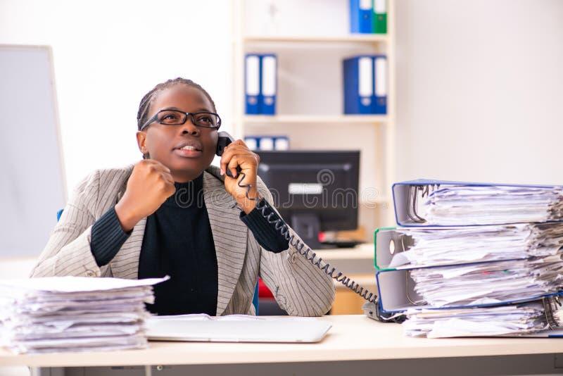 Η μαύρη γυναίκα υπάλληλος δυστυχισμένος με την υπερβολική εργασία στοκ φωτογραφία με δικαίωμα ελεύθερης χρήσης