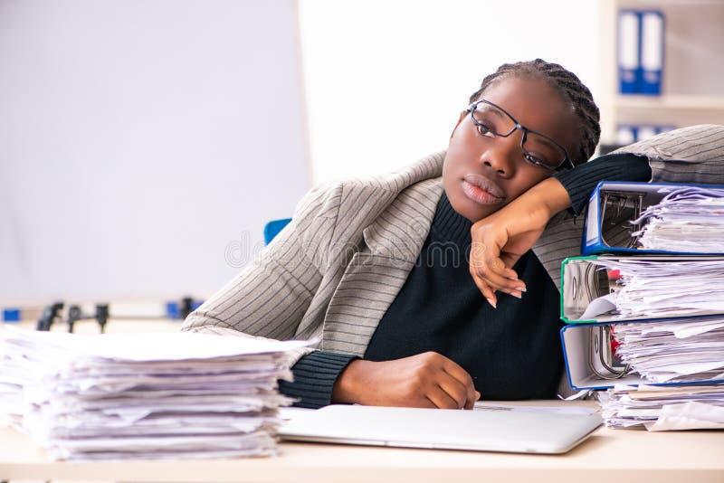 Η μαύρη γυναίκα υπάλληλος δυστυχισμένος με την υπερβολική εργασία στοκ φωτογραφίες
