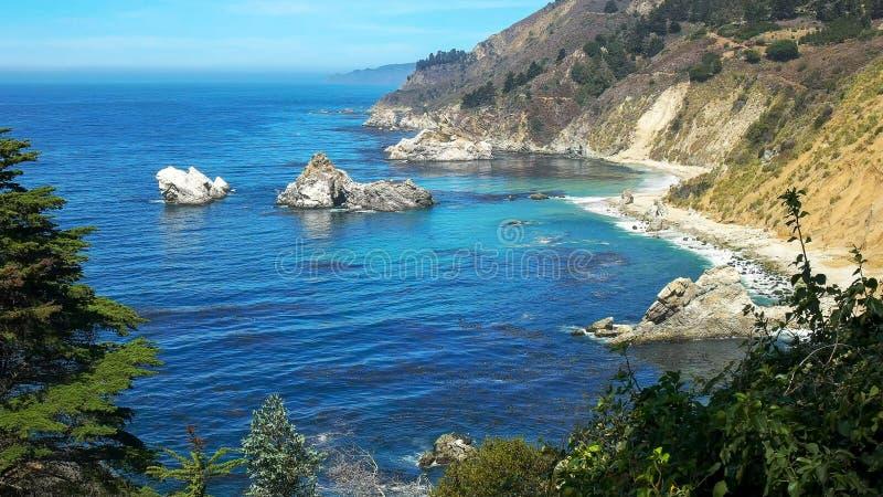 Η μεγάλη ακτή sur που εξετάζει ο Βορράς τη Julia pfeiffer καίει το κρατικό πάρκο στην ακτή Καλιφόρνιας στο μεγάλο sur στοκ εικόνα